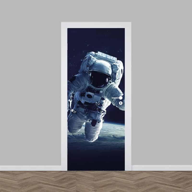 Deursticker Astronaut bij aarde