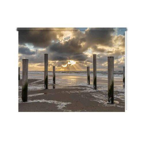 Rolgordijn Houten strandpalen in zee