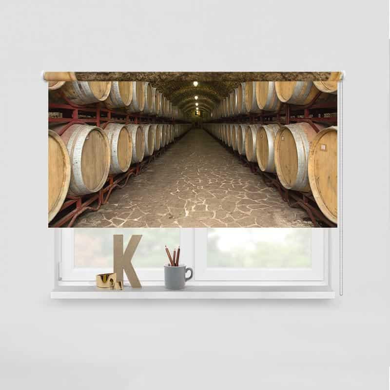 Rolgordijn Wijnvaten In de kelder