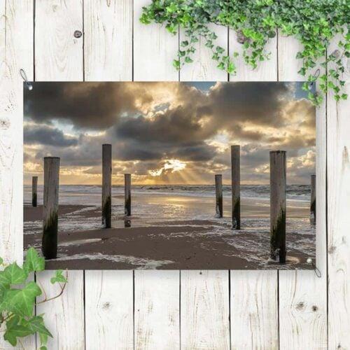 Tuinposter Houten strandpalen in zee