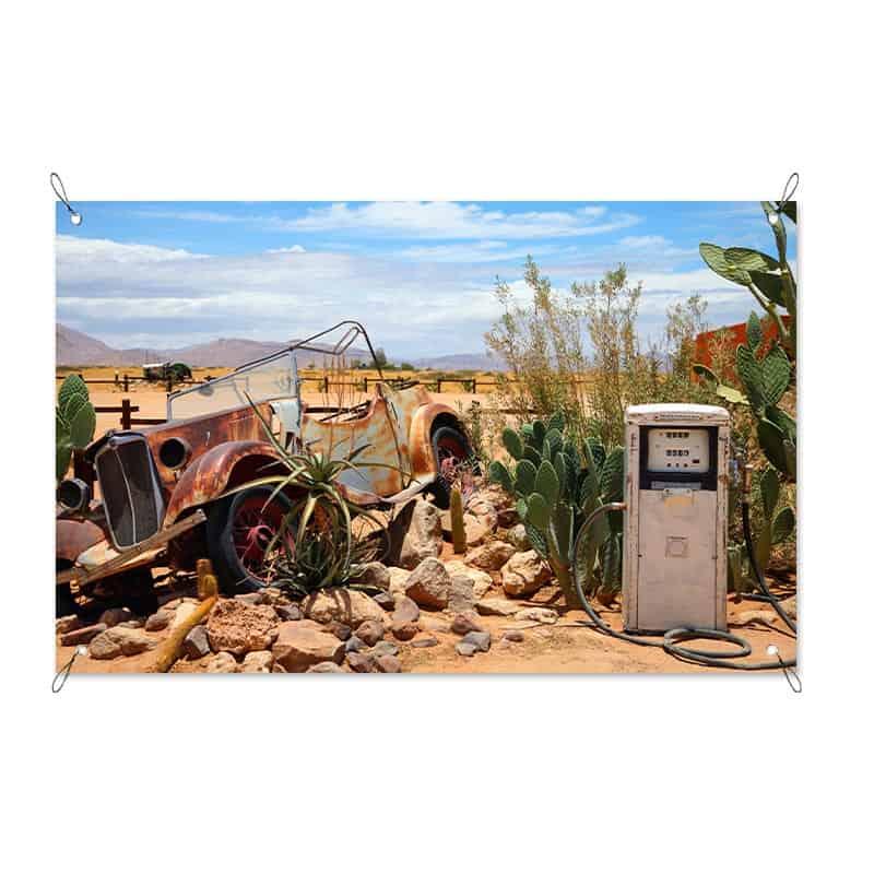 Tuinposter vintage auto bij benzinepomp
