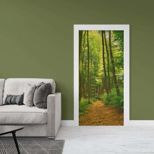 Deursticker Wandelen op een bospad 1