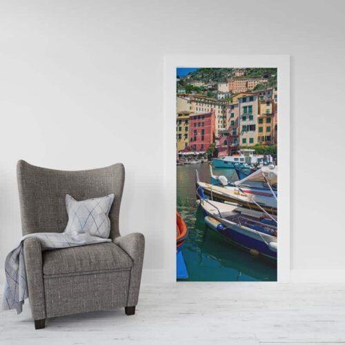 Deursticker Italiaans dorp aan haven