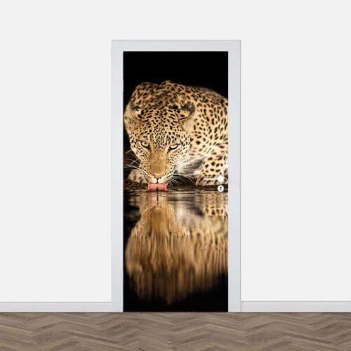 Deursticker Drinkende luipaard close up